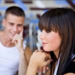 Как девушки обращают внимание парней на себя?