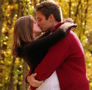 Парень с парнем целуется