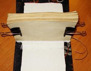 Согнутая пополам бумага с зажимами