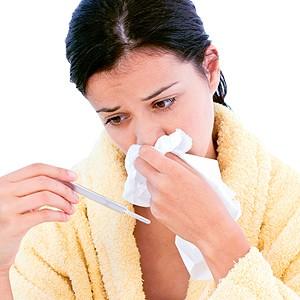 У девушки насморк и температура