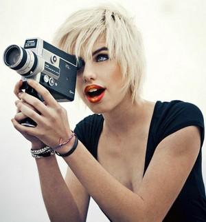 Девушка с видеокамерой