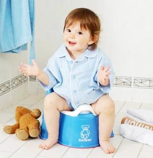 Мальчик сидит на голубом горшке