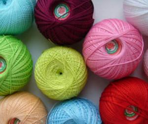 Клубки с разноцветными нитями