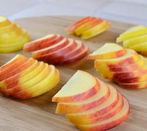 Порезанные дольками яблоки