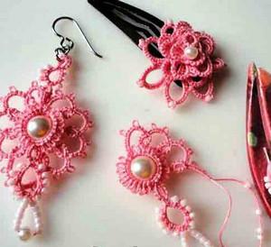 Серьги, заколка и подвеска из розовой нитки с бусинами