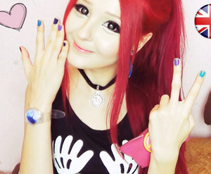 Блогерша с красными волосами и кукольной внешностью