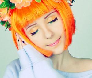 Девушка в оранжевом парике