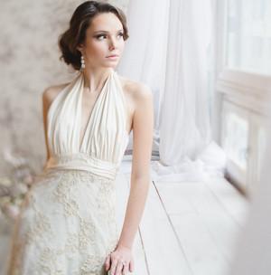 Невеста ждет жениха у окна