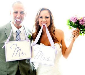 Веселая свадебная фотография с табличками в зубах