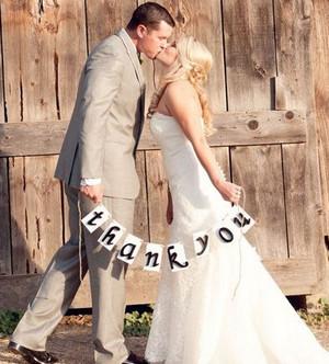 Жених и невста целуются и держат в руках надпись