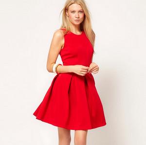 Блондинка в коротком красном платье с широким низом