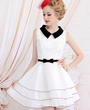 Девушка в белом коротком платье с пышной юбкой