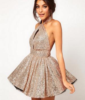 Короткое блестящее бежевое платье на девушке