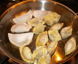 Roasting pelmenche in a pan