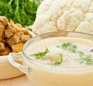 Soup with cream and cauliflower and crackers