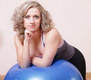 Марина Корпан облокотилась на синий фитбол