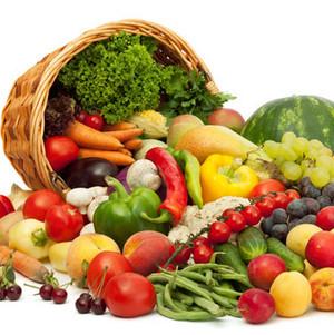 Овощи и фрукты высыпаются из корзины