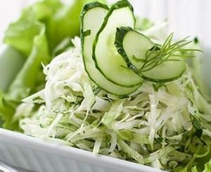 Как сделать салат из свежей капусты и огурцов