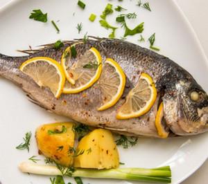 Запеченная рыба с лимоном и картофелем