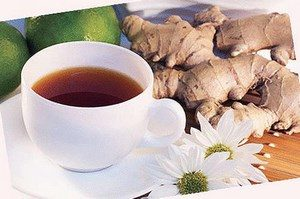 Чашка с чаем, ромашка и корень солодки