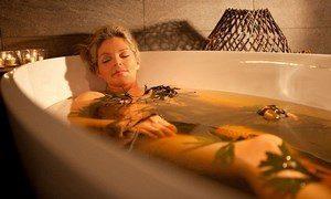 Девушка в ванне с листьями