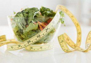 Миска с салатом и сантиметр