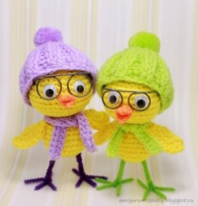 Два вязанных цыпленка в очках, шапке и шарфе
