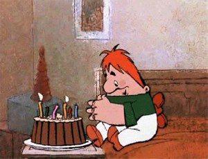 Карлсон смотрит на торт со свечками