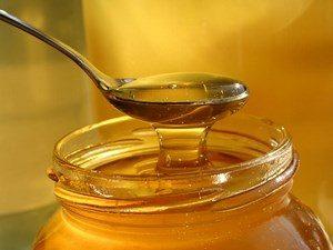 Мед в банке и ложке