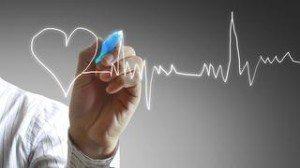 Мужчина рисует на стекле сердце и кардиограмму