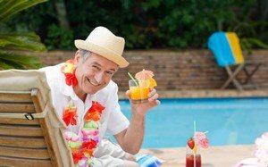Мужчина возле бассейна с коктейлем