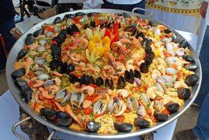 Огромное блюдо паэльи с мидиями