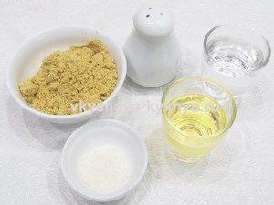 Вода, уксус, соль, масло и сухая горчица в мисочках
