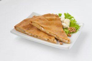 Два кусочка осетинского пирога с зеленью