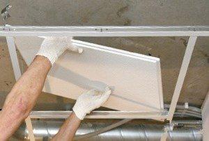 Мужчина делает подвесной потолок