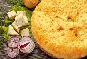 Осетинский пирог, рядом лук и сыр