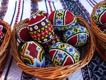 оригинальные пасхальные яйца из бисера