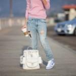 Плащ и рваные джинсы с модной обувью: must have осеннего сезона