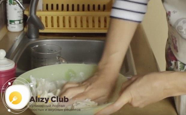 Сначала перемешиваем массу ложкой, а затем хорошенько вымешиваем тесто руками.