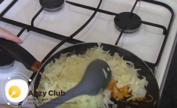 Откинув капусту на дуршлаг, добавляем ее в сковороду.