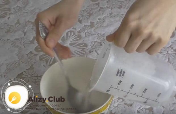 Разводим в воде крахмал и понемногу добавляем в эту смесь кипяток.